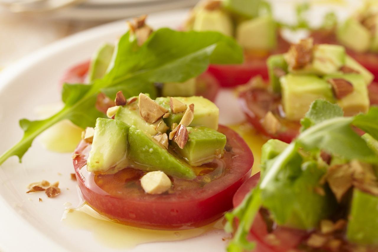 トマト・アボカド・アーモンドのサラダ